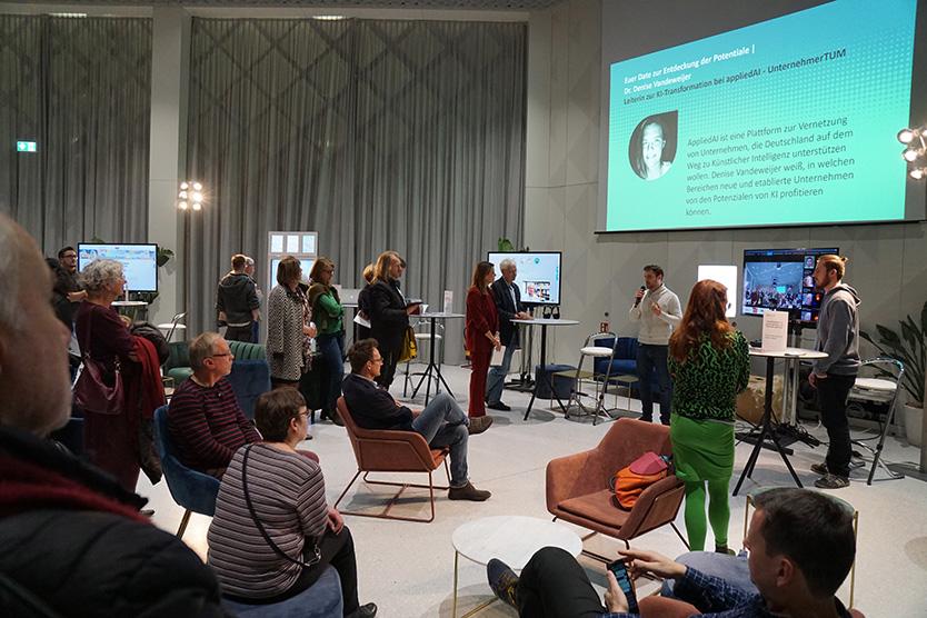Der Demonstrator von Transparent AI wird vor einem Publikum im Futurium vorgestellt