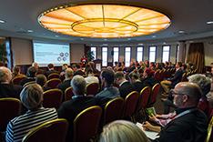 Nadja Mesheva präsentiert Fördermöglichkeiten für mittelständische Digitalisierungsprojekte in einem gefüllten Saal.