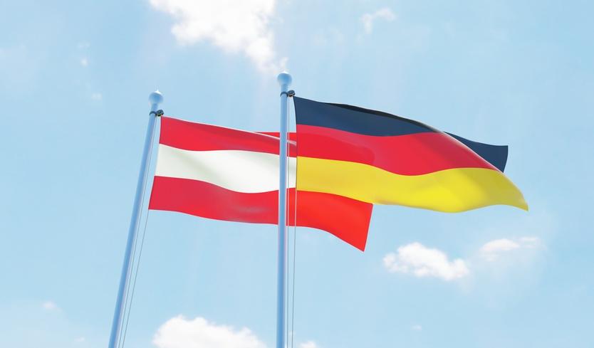 Die deutsche und österreichische Fahne sind zu sehen