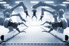 Dieses Bild zeigt mehrere Roboterarme an einem Fließband.