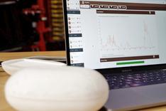 Dieses Bild zeigt den Prototyp der nPotato. Er wurde mit Kartoffelrodern des Konsortialpartners Grimme erprobt. Im Hintergrund ist das von ihr aufgezeichnete Erschütterungsprofil auf einem Laptop zu sehen.