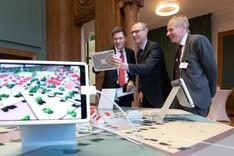 Parl. Staatssekretär Christian Hirte, Dr. Stefan Afting und Dr. Andreas Goerdeler (v. l. n. r.) am gemeinsamen Exponat der Smart Service Welten