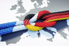 Dieses Bild zeigt verknotete Seile in den Flaggenfarben von Deutschland und Frankreich.