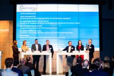 Auf diesem Foto sind die Teilnehmerinnen und Teilnehmer einer Podiumsdiskussion zu sehen, wie im Rahmen des Parlamentarischen Abends der Wirtschaftsinitiative Smart Living am 10. Dezember 2019 stattfand.