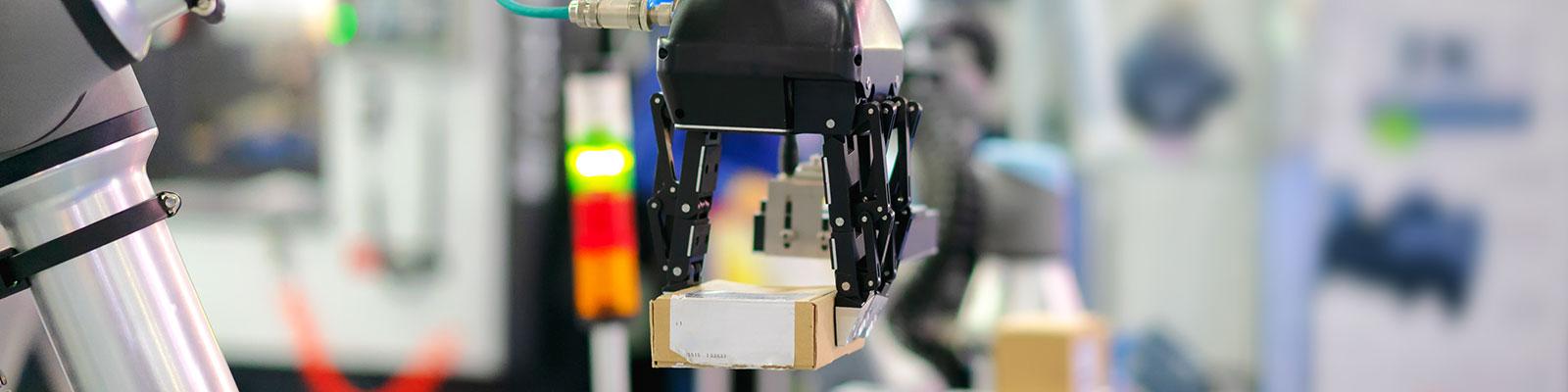 Frau an einem Monitor zum Thema Industrie 4.0; Quelle: Getty Images/Bloomberg