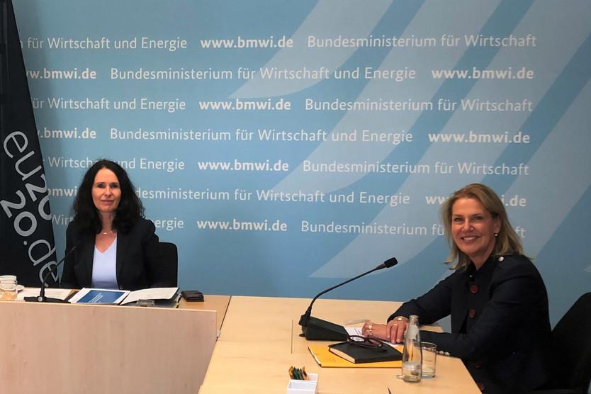 Die Parlamentarische Staatssekretärin Elisabeth Winkelmeier-Becker (links) und Ingeborg Esser, Leiterin des Strategiekreises der WI SL und Hauptgeschäftsführerin im GdW, bei dem Treffen am 03. September 2020.